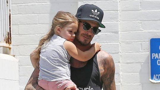 Roztomilá Harper Beckham si užívá tátovy péče do sytosti.