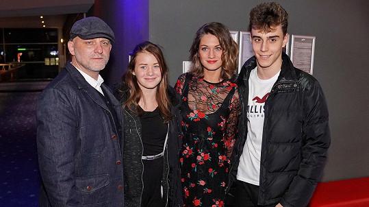 Hynka Čermáka doprovázela na premiéru jeho nového filmu manželka (druhá zprava) a dcera s přítelem.
