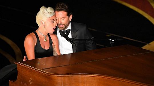 Lady Gaga a Bradley Cooper vystoupili s písní Shallow.