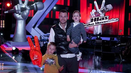 Leoš vzal své syny na natáčení Hlasu ČeskoSlovenska.