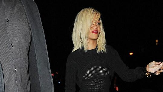 Rihanna si vyšla s přáteli na večeři.