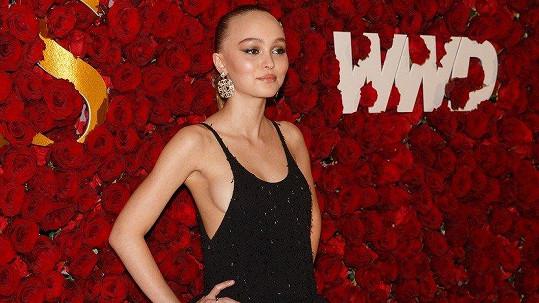 Z uhrančivého pohledu Lily-Rose Depp (18) na WWD Honor v New Yorku až mrazilo.