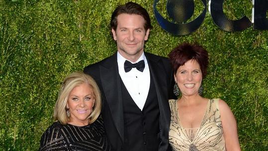Bradley Cooper s matkou Glorií a sestrou Holly