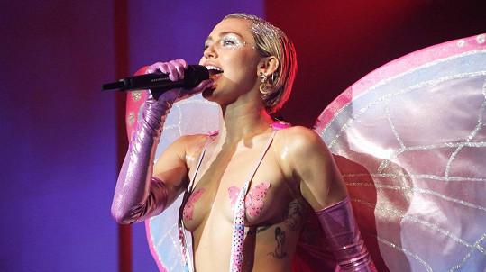 Miley Cyrus už zase prvokuje.