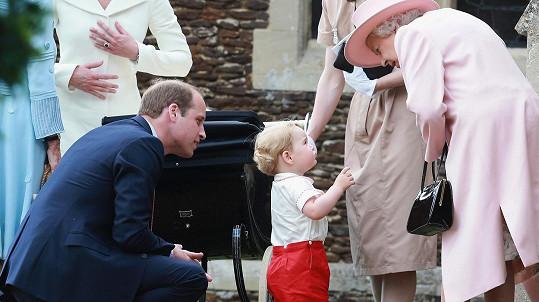 Královna Alžběta II. si pravnoučka získala i tím, že mu při každé návštěvě nechává v postýlce hračku.