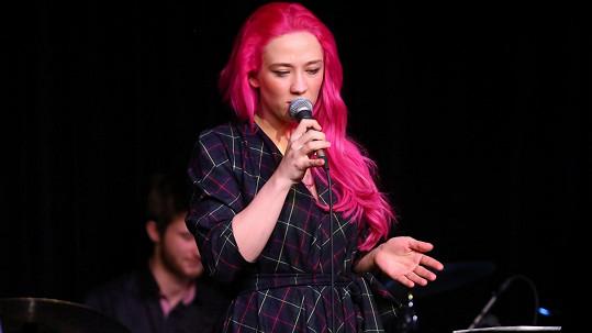 Tereza Mašková se od své sestry liší jen růžovými vlasy.