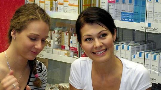 Miss 2004 Jana Doleželová ve vlastní lékárně.