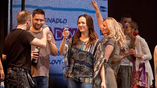 Tereza Kostková na nový rok připíjela v divadle.