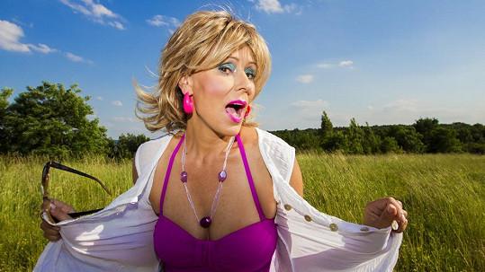 Poznali byste v této rozverné dámě zpěvačku Heidi Janků?