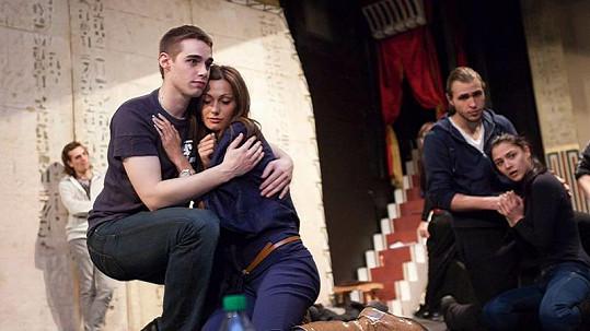 Eliška Bučková se objímala s neznámým mladíkem.