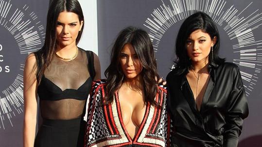 Kim Kardashian v doprovodu svých méně obdařených sester