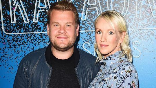 James Corden s manželkou Juliou Carey čekají třetí dítě.