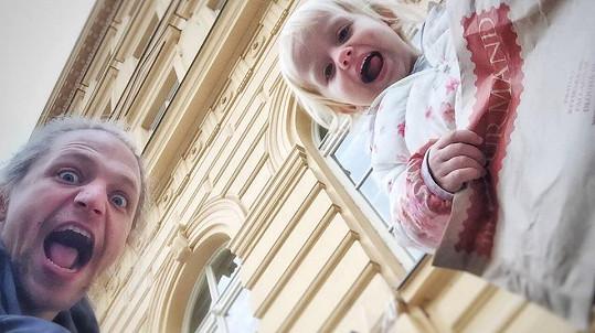 Tomáš Klus dovádí s Josefínou