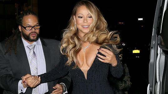 Mariah Carey s bodyguardem. Ten z výstřihu tak nadšen nebyl...
