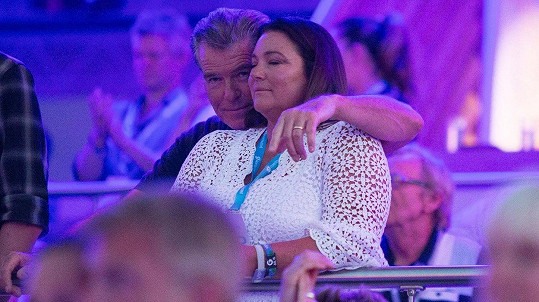 Pierce Brosnan s manželkou Keely Shaye Smith na koncertu Paula Simona