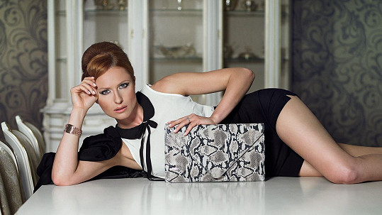 Romana Pavelková pózovala na stole.