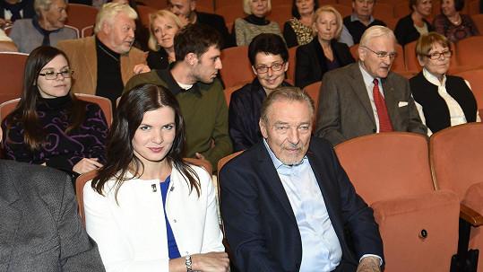 Karel Gott, za ním bývalý kamarád Milan Drobný