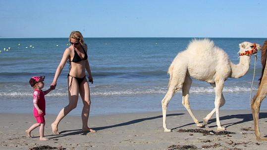 Kristina Kloubková s dcerou na pláži