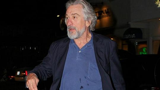 Robert De Niro ve znečištěném tričku.