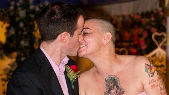 Svatební polibek Sinead O'Connor a Barryho Herridge.