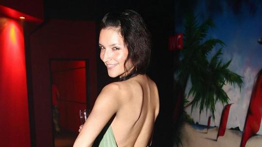 Nikola Plzáková měla hodně odvážné šaty. Ve fotogalerii uvidíte více!