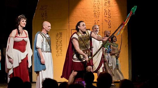Při děkovačce Kleopatry se zčistajasna objevili pánové s pomlázkami.