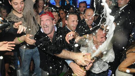 Takhle si Don Johnson užíval s nejdražším šampaňským světa.