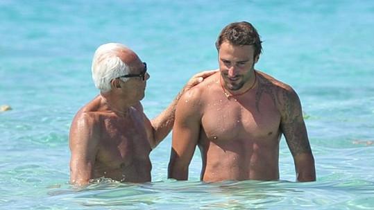 Italský návrhář s neznámým mladým mužem v moři.