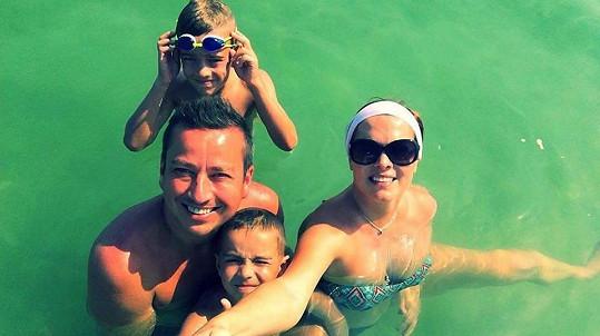 Petr Bende s manželkou a syny