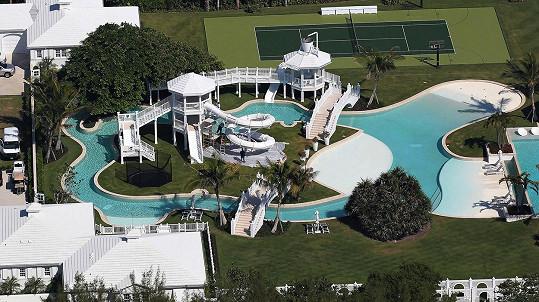 Kdo může u svého domu vystřídat hned několik bazénů?