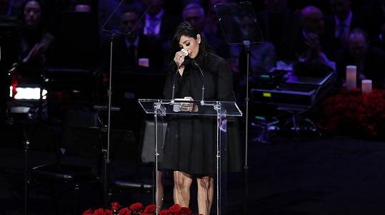Vanessa Bryant vzpomínala před zaplněnou arénou na zesnulého manžela.