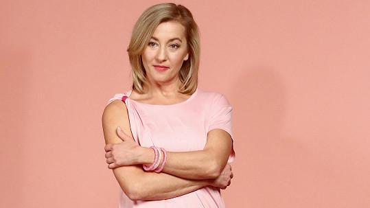Vanda Hybnerová podporuje boj proti rakovině prsu.