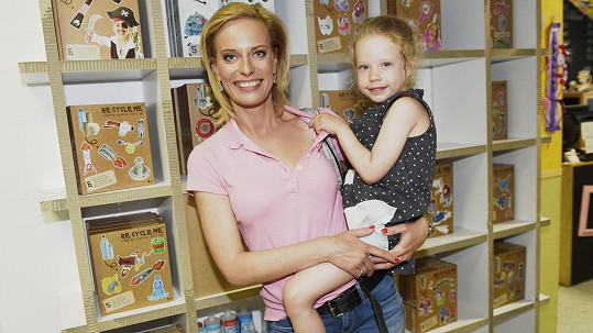 Dcera Kristiny Kloubkové je po operaci mandlí, virus má však nadále v těle.