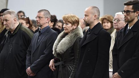 Daniela Kolářová byla na pohřbu svého manžela Jiřího Ornesta obklopena syny Šimonem a Matějem.