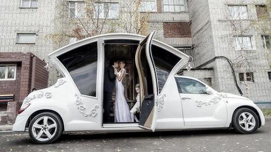 Svatební vůz je na ruském sídlišti nepřehlédnutelný.