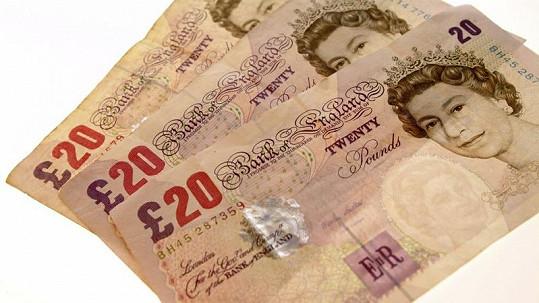 Obchodník roztrhal a spláchl dvacetilibrové bankovky v domnění, že jsou falešné.