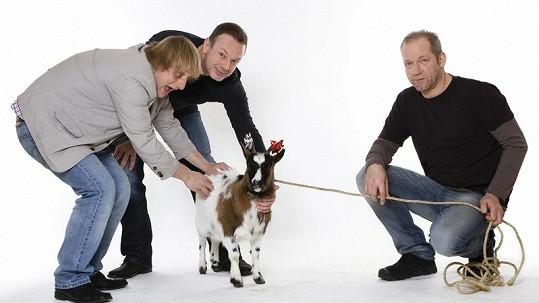 David Koller, Michal Dvořák a Lukáš Pavlásek s kozou.