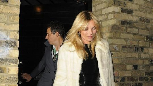 Kate Moss míří na oslavu narozenin. Pod šaty se jí vyjímá bříško.