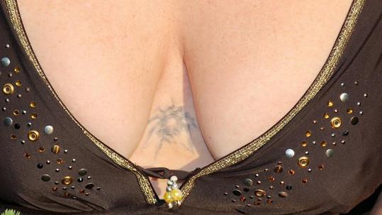 Marie Pojkarová má mezi ňadry velmi originální tetování, které mělo zamaskovat jizvu.