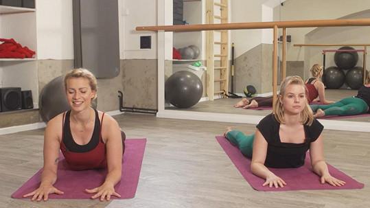 Patricie Pagáčová cvičí jógu pod dohledem své švagrové Báry.