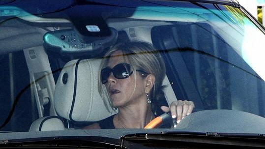 Jennifer Aniston ve svém Range Roveru.