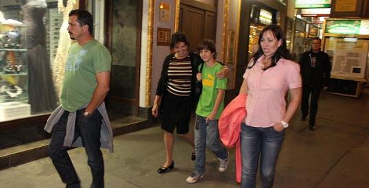 Marie Rottrová se svým vnukem, synem a snachou.