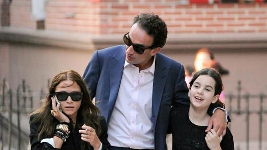 Mary-Kate Olsen s Oliverem Sarkozym a jeho dcerou.