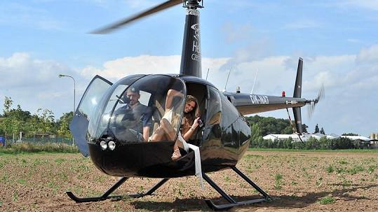 Míša vystupala z helikoptéry poprvé a bylo to znát.