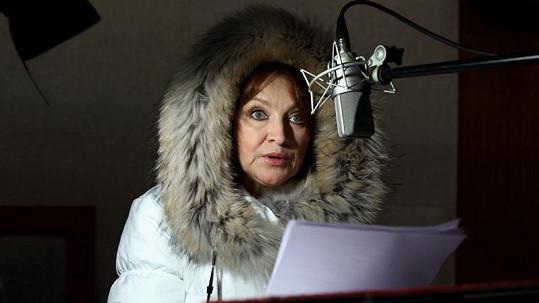 Aby se herečka dostala do té správné atmosféry, zabalila se do péřové bundy s kožešinovou kapucí a natáhla si dokonce i rukavice.