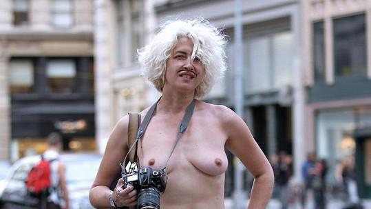 Tato dáma se nebála ukázat ňadra i před soudem.
