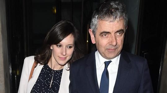 Rowan Atkinson randí s o 28 let mladší Louise Ford.