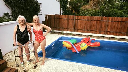 Babička a maminka Agáty Prachařové zapózovaly u bazénu.