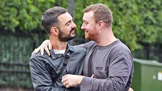 Sam Smith (vpravo) s novým partnerem Francoisem Roccim