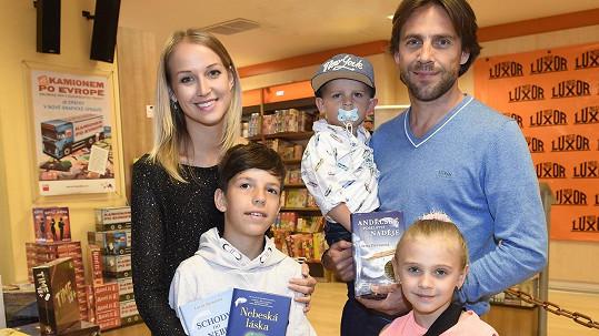Roman Vojtek s přítelkyní, jejím bratrem a dětmi